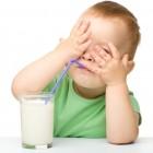 Niño rechazando leche