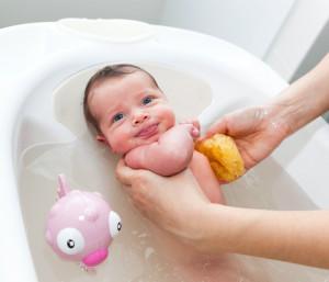 Recién nacido en la bañera