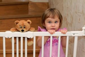 Niño detrás de una barrera para la escalera