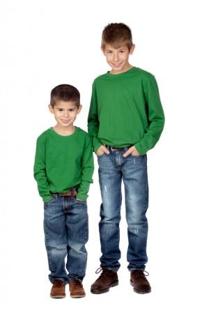 Dos niños de distinta talla