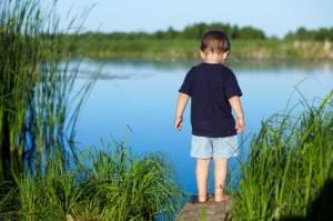 Niño cerca de un pantano