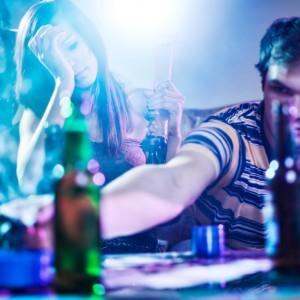 Jóvenes consumiento alcohol