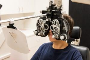 Niño en el oftalmólogo