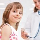 Niña con su pediatra