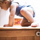 Niño subido encima de un mueble