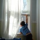 Niño junto a una ventana