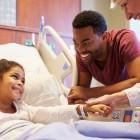 Niño acompañado por su familia en el hospital