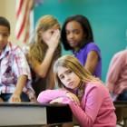 Niña recibiendo burlas de sus compañeros de clase