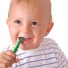 Bebé con un cepillo de dientes