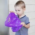 Niño jugando con bosa de plástico