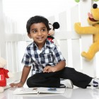 Niño rodeado de juguetes