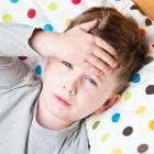 Niño con dolor de cabeza