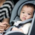 Lactante en su dispositivo de retención infantil