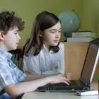 Niños utilizando un ordenador