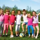 Niños jugando con una pelota