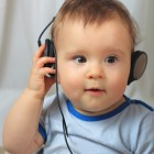 Niño escuchando con unos auriculares