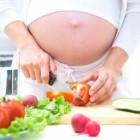 Embarazada preparando una comida saludable