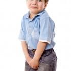 Niño con ganas del ir al servicio