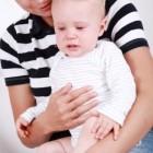 Niño llorando en brazos de su madre