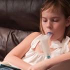 Niña recibiendo antibióticos inhalados