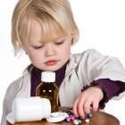Niño jugando con medicamentos
