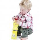 Niños jugando con una botella de lejía