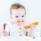 Niño comiendo una zanahoria