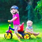 Niños pequeños jugando en un parque