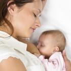 Bebé recibiendo lactancia materna