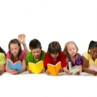 Niños leyendo