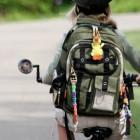 Niña en bicicleta con su mochila escolar