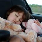 Niña durmiendo en el coche