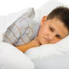 Niño enfermo en cama