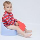 Niño sentado en un orinal
