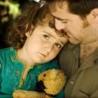 Niña abrazada por su padre