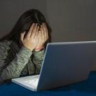 Chica asustada delante de un ordenador