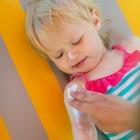 Niño echándose crema solar