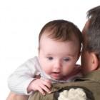 Bebé regurgitando en el cuello de su padre