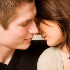 adoslescentes besándose