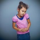 Niña quejándose de dolor de barriga