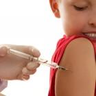 Niña recibiendo una vacuna en el hombro