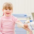 Niña dispuesta a vacunarse