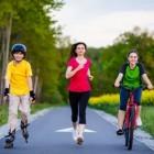 Niños haciendo ejercicio físico al aire libre