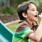 Niño utilizando un inhalador