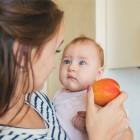 Bebé mirando a una manzana