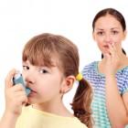 Adulto fumando al lado de niña con asma