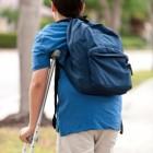 Niño caminando con muletas