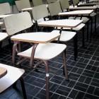 Sillas vacías en un aula