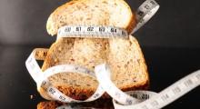 Rebanada de pan apretada por una cinta métrica