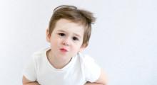 Niño quejándose de dolor  de barriga